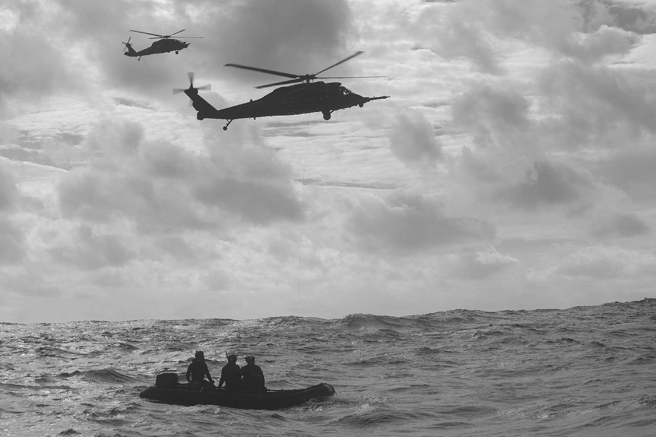Redningshelikopter og gummibåd